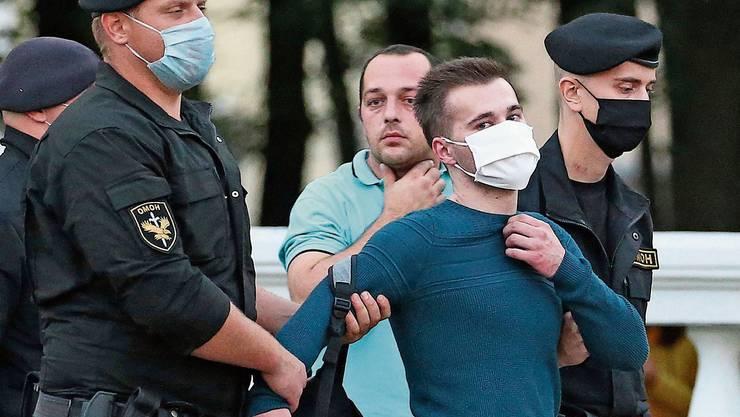 Die Minsker Polizei führt einen Demonstranten ab, der gegen den Ausschluss von Viktar Babaryka protestierte.
