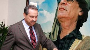 Shukri Ghanem vor einem Porträt Muammar al-Gaddafis (Archiv)