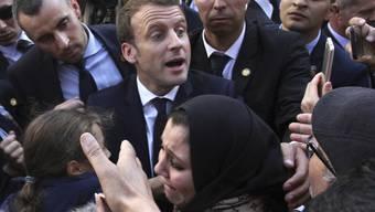 Emmanuel Macron nimmt am Mittwoch in Algiers ein Bad in der Menge.