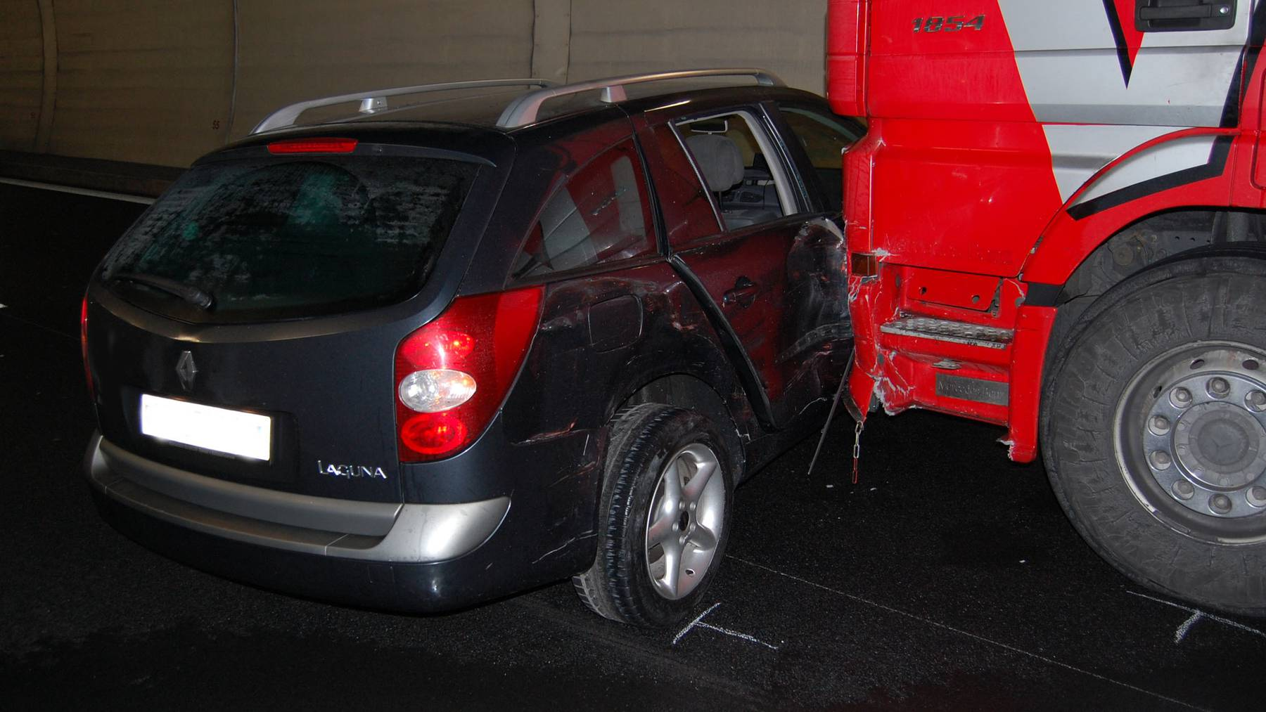 Lastwagen schiebt Auto einen Kilometer weit