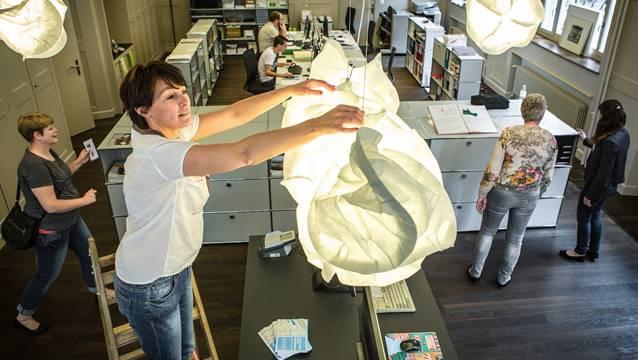 Corinne Gubler montiert die «Wolken», die das Büro von «aarau info» nicht nur dekorieren, sondern auch beleuchten. Chris Iseli
