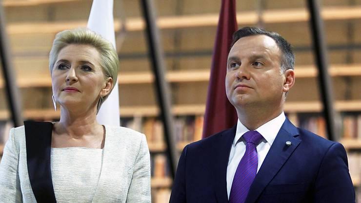 Will rund ein Drittel der obersten Richter pensionieren lassen: Polens Präsident Anderzeij Duda mit Agata Kornhauser-Duda, hier bei einem Empfang in Riga.