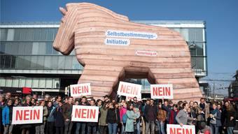Ein Symbolbild für die gute Vernetzung der Gegner der Selbstbestimmungs-Initiative: 120 NGO-Vertreter präsentieren ein trojanisches Pferd vor dem Berner Bahnhof.
