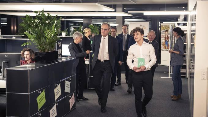 Bundesrat Guy Parmelin lässt sich durch die Agentur Movetia in Solothurn führen.