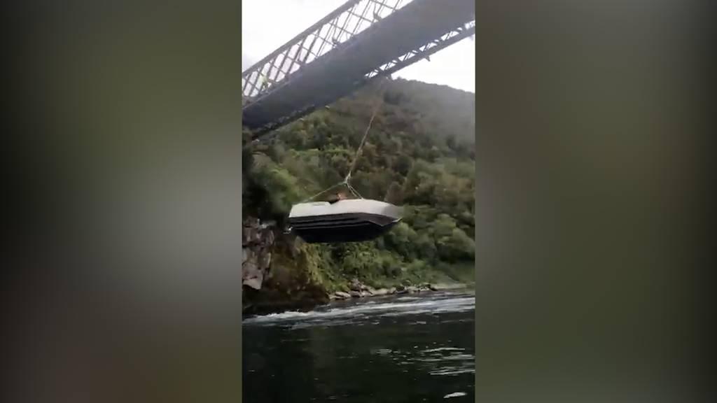 Boot wird zur Schaukel – Behörden finden es nicht lustig