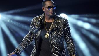 Auf US-Sänger R. Kelly prassen weitere, sehr schwere Vorwürfe des sexuellen Missbrauchs ein - und er reagiert mit Drohungen. (Archivbild)