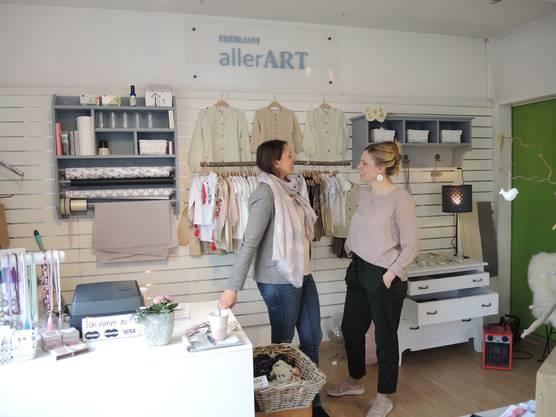 Erika Erdt (l.) und Sabine Borges haben in Niederrohrdorf einen Pop-up-Store eröffnet. Im Laden verkaufen sie selbst designte Kinderkleidung und handgemachten Schmuck.