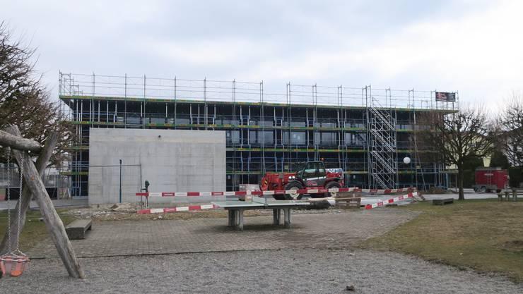 In den nächsten Wochen erhält das Schul- und Kindergartengebäude «im Hueb» eine  beige-weisse Fassadenverkleidung.