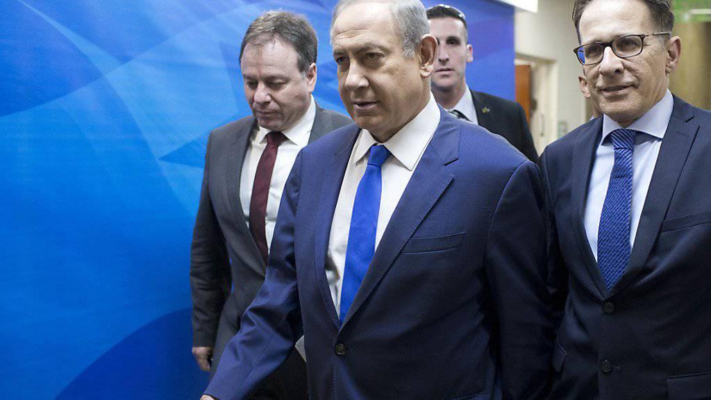 """Der Attentäter, der mit einem Lastwagen in eine Gruppe israelischer Soldaten fuhr, sei """"nach allen Anzeichen"""" ein IS-Anhänger gewesen, sagte Israels Regierungschef Netanjahu."""