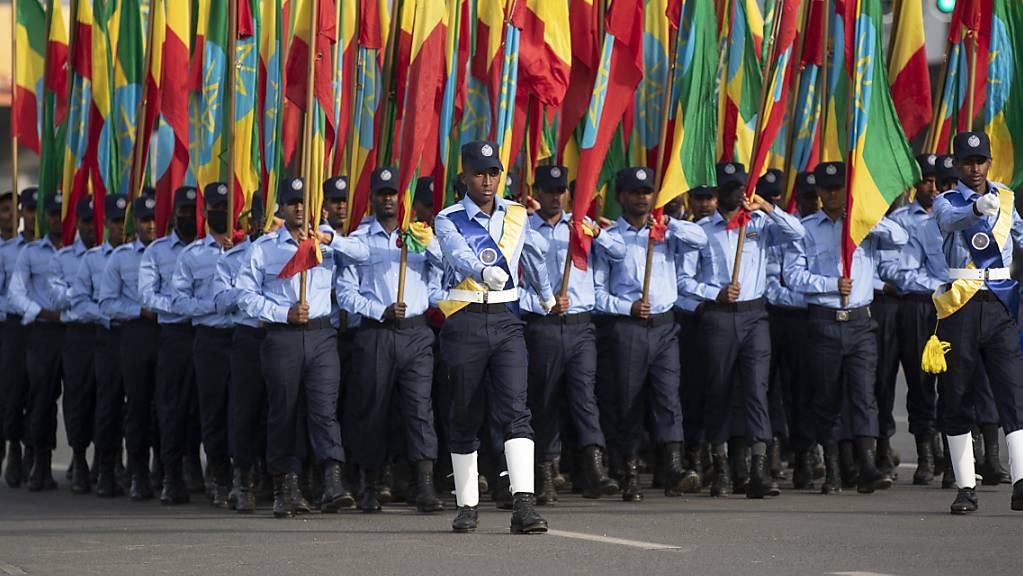 Äthiopische Polizisten, die Fahnen in den Farben der Nationalflagge halten, marschieren während einer Parade auf dem Meskel-Platz, um die neue Polizeiuniform zu präsentieren und an die Wahrung der Unparteilichkeit sowie das Respektieren des Gesetzes während der bevorstehenden Wahlen zu erinnern. Wenige Stunden vor der Wahl in Äthiopien melden die Behörden in Afrikas zweitgrösstem Land Erfolge im Kampf gegen Rebellen der Oromo-Befreiungsarmee OLA.