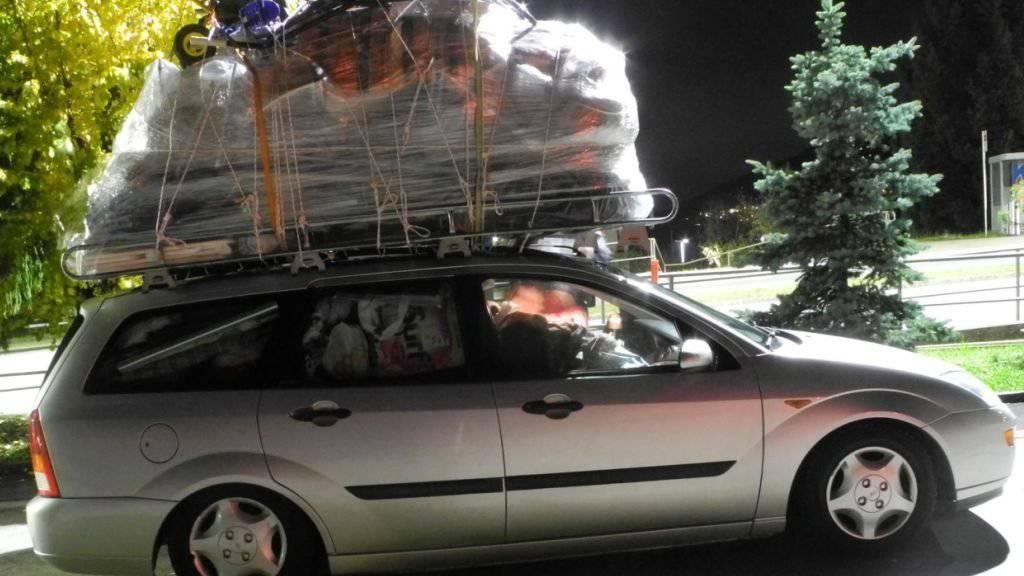 Der Eindruck täuscht nicht: Dieses Auto hatte mehrere hundert Kilo zu viel geladen. Die Kantonspolizei Schwyz hat dem Lenker deswegen die Weiterfahrt untersagt.