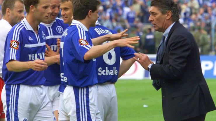 Schalkes Spieler Andreas Möller fragt Manager Rudi Assauer. ob die Partie in Hamburg schon zu Ende ist