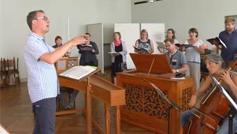 Die Basler Vokalsolisten unter der Leitung von Sebastian Goll und das Ensemble Baroque Éloquence aus dem Kanton Jura bei einer Probe.