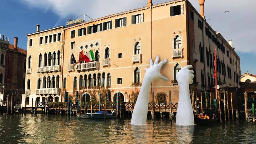 Lorenzo Quinns Installation stützt im Rahmen der Biennale Venedig den Palazzo Ca Sagredo (Handout Lorenzo Quinn)
