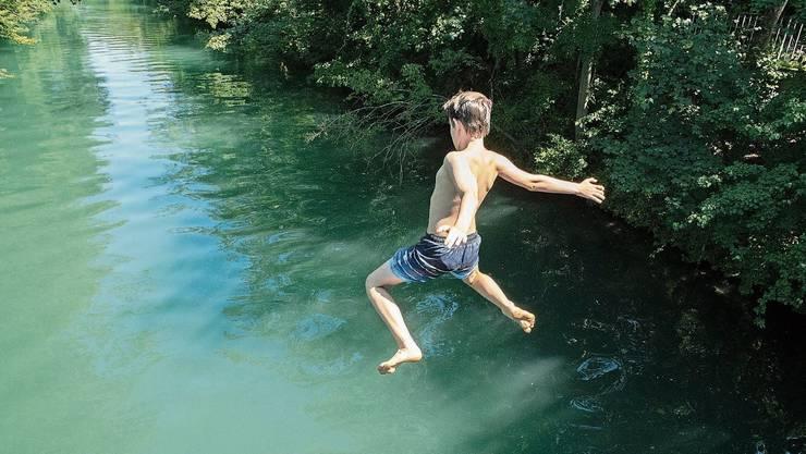 Mangels Einstiegsmöglichkeiten bleibt Limmatschwimmern oft nur der Sprung von der Brücke.