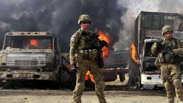 US-Soldaten schauen sich in Torkham das Resultat des Attentats an
