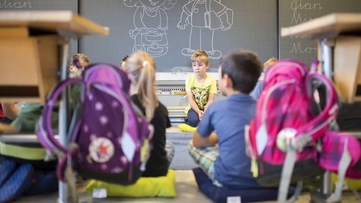 Buben haben mehr Mühe damit, stillzusitzen: Ihre  Unruhe werde fälschlicherweise als Problem empfunden. Darunter leidet der Schulerfolg.