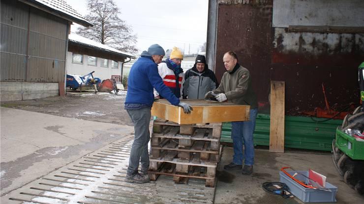Die Storchenfreunde um Marco Stettler (zweiter von links) beim Nestbau. zvg
