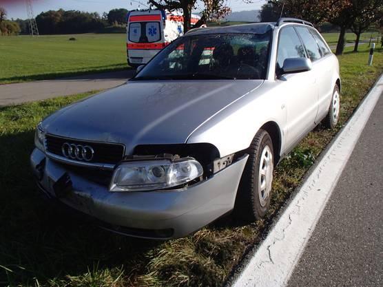 Auf der Geraden geriet der Audi nach rechts und kollidierte mit einem Grenzstein und einer Signaltafel.