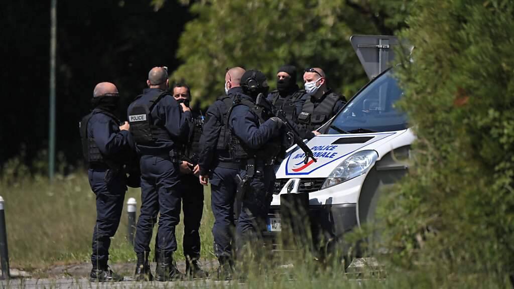 Polizisten bei ihrem Einsatz in La Chapelle-Sur-Erdre bei Nantes, an dem eine Polizistin mit einem Messer verletzt worden ist. Foto: Loic Venance/AFP/dpa
