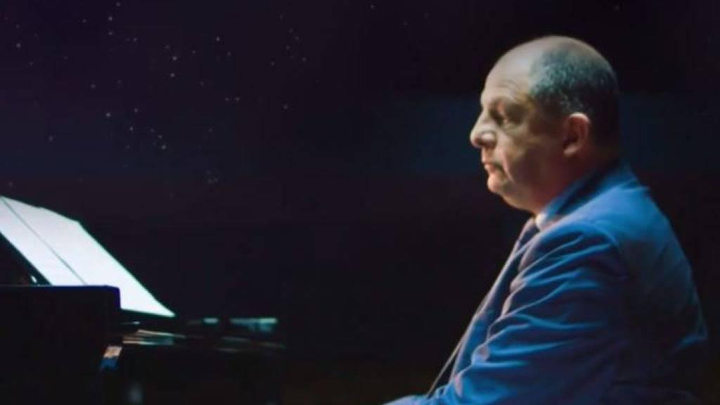Costa Ricas Präsident Luis Guillermo Solís kann auch Klavier spielen. (Bild Facebook)