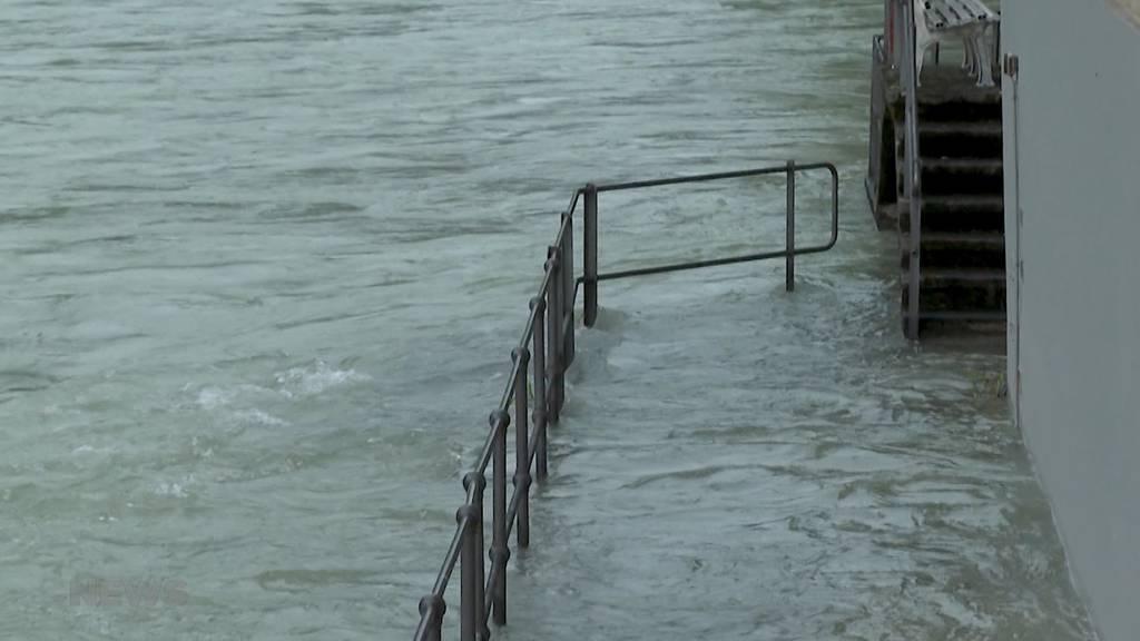 Angespannte Lage in Bern vor dem nächsten Regen: Feuerwehr fischt Schwemmholz beim Schwellenmätteli aus der Aare
