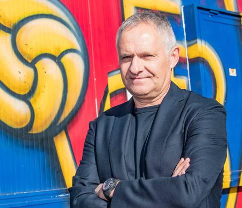 Die Karriere des 60-jährigen Ruedi Zbinden beim FC Basel begann 1982 als Spieler. Der damals 23-jährige Stürmer wechselte vom FC Nordstern zu Rotblau, wo er dreieinhalb Jahre in der ersten Mannschaft spielte. Nach Stationen bei Grenchen, Wettingen und Bellinzona kehrte er 1989 zurück und spielte weitere vier Jahre für den FCB.Von 1996 bis 1999 war Zbinden Nachwuchs-Trainer beim FCB. Ab 1999 assistierte er zwei Jahre FCB-Chefcoach Christian Gross und übernahm schon damals die Aufgaben eines Sportdirektors, nur ohne diesen Titel. Danach begann Zbinden den Scouting-Bereich des FCB auf- und auszubauen. Im Juni 2019 übernahm er das Amt des zurückgetretenen Marco Streller als Sportdirektor.