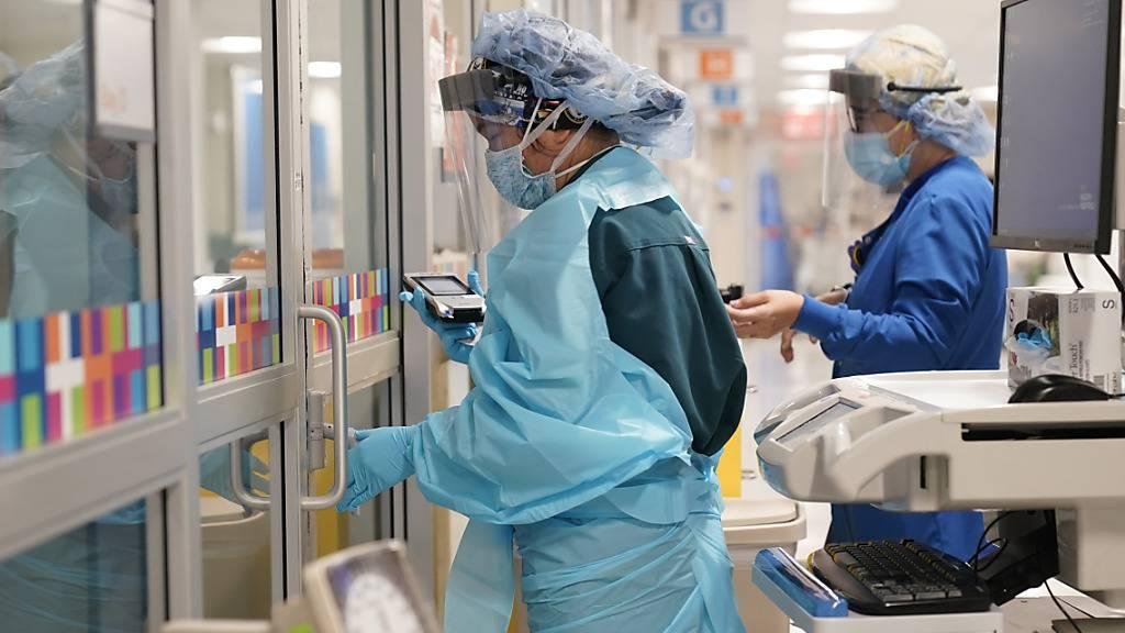 Zwei Medizinerinnen in Schutzkleidung arbeiten auf einer Station im Krankenhaus «Bellevue Hospital».