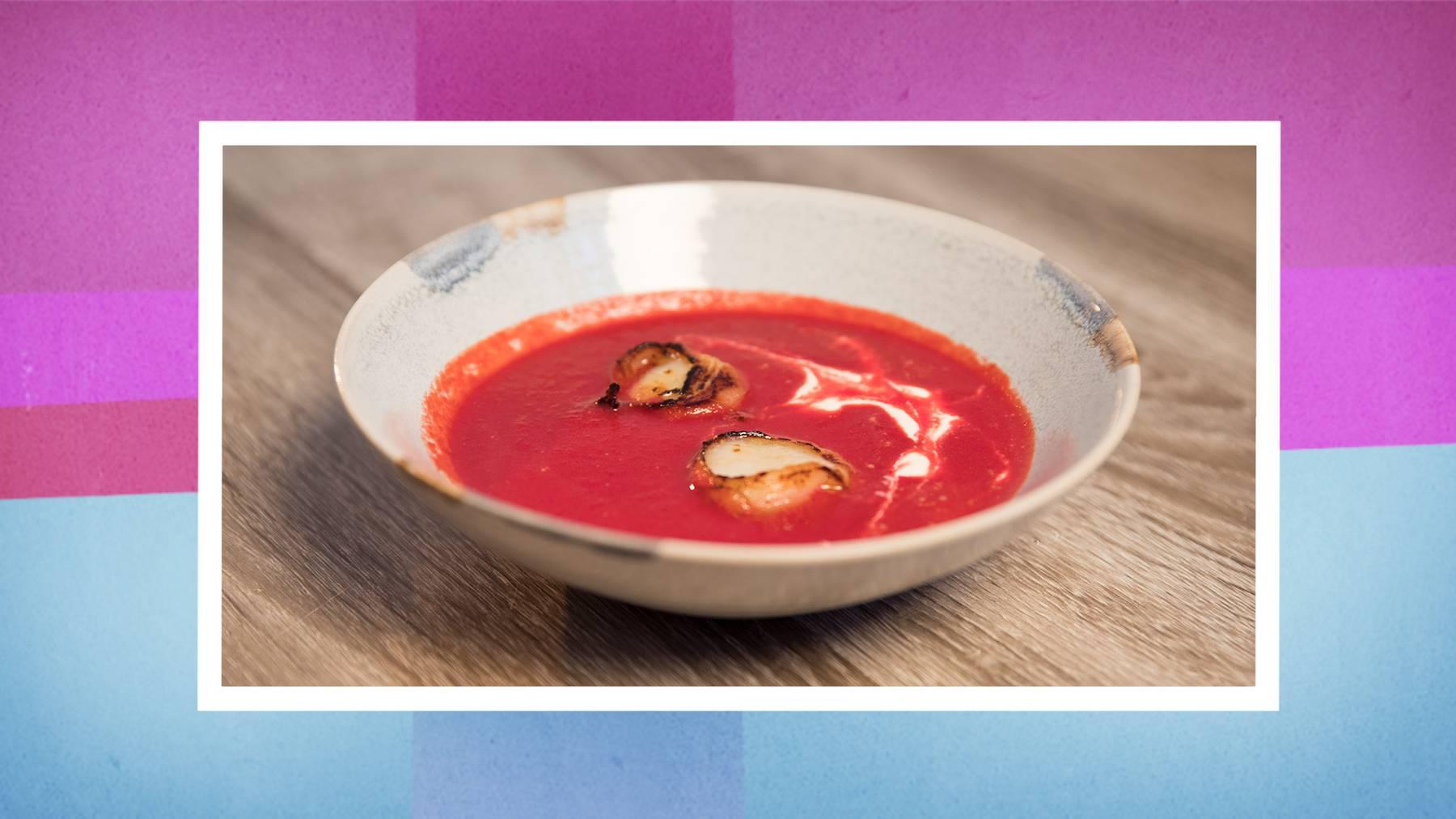 Die Vorspeise: Randen-Suppe mit Jakobsmuscheln
