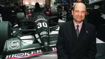 Peter Sauber posiert 1994 vor einem seiner Formel-1-Boliden.