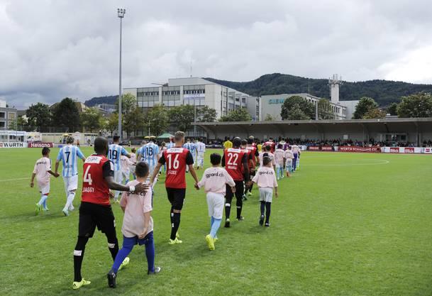 Einmarsch der Gladiatoren vor 750 Zuschauern im Stadion Utogrund in Zürich.