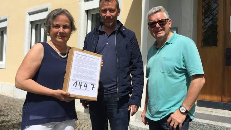 Gemeindepräsidentin Barbara Leibundgut mit Mathias Stricker und Joel Mussilier (von links) anlässlich der Übergabe der Unterschriften.
