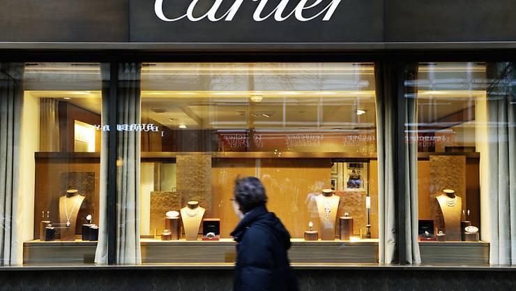 Eine Passantin geht an einem Schaufenster des Mode- und Schmucklabels Cartier vorbei. (Archivbild)