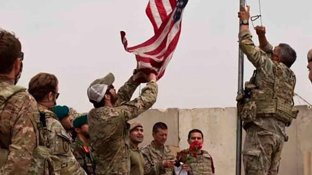 Bei einer Übergabezeremonie wird eine US-Flagge vom Mast heruntergelassen. Nach fast 20 Jahren Einsatz beginnt der offizielle Abzug der internationalen Truppen aus Afghanistan.