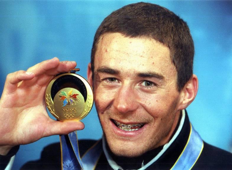 Snowboarder Gian Simmen mit seiner Goldmedaille. (KEYSTONE/ALESSANDRO DELLA VALLE)