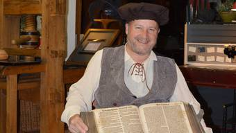 Bruno Altherr mit einer Bibel aus dem Jahr 1571 in seiner «Gutenberg-Werkstatt».