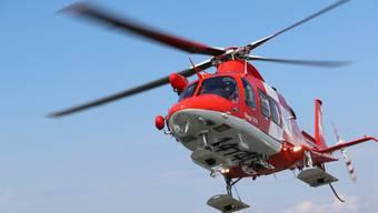 Ein Rettungsteam musste den Verletzten mit Helikopter ins Spital fliegen. (Symbolbild)