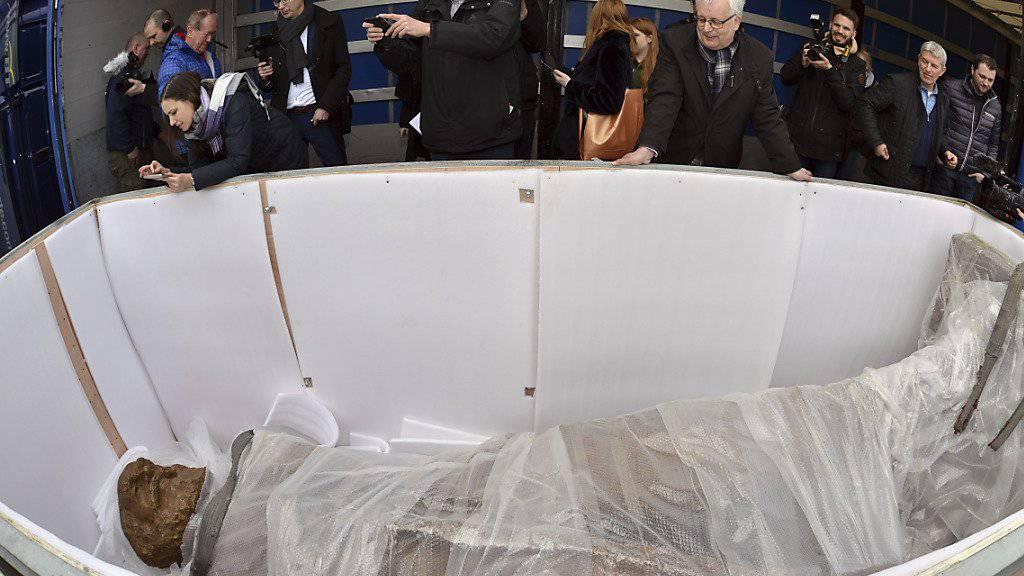 Noch liegt sie in der Kiste: die neue fünfeinhalb Meter grosse Statue des Kommunismus-Philosophen Karl Marx im südwestdeutschen Trier. (Archivbild)