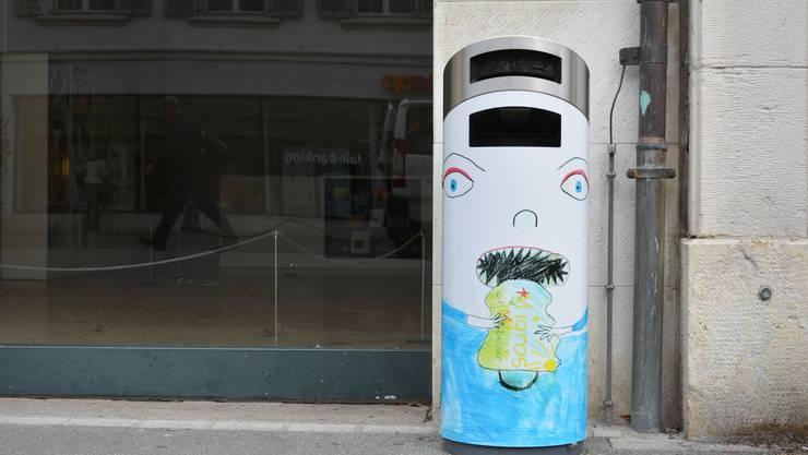 Kinderzeichnungen verschönern Abfallkübel in der Stadt Olten.