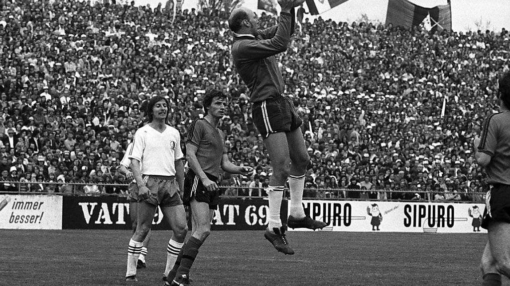 Otto Luttrop (links im weissen Trikot) als Spieler von Sion im Jahre 1974.
