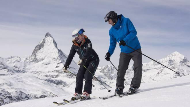 Skilehrerin Jenny erklärt vor dem Matterhorn unserem Reporter, wie er seine Mängel beheben kann. Foto: Alex Spichale