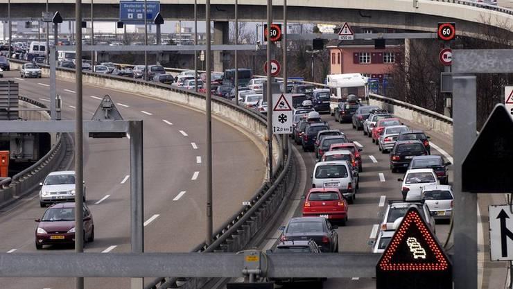 Vor dem Autobahn-Zoll in Weil am Rhein (D) staut sich der Verkehr der Einkaufstouristen jedes Wochenende.