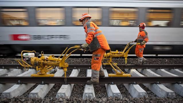 Der Geschäftsbereich Instandhaltung spielt eine Schlüsselrolle im Bereich Unterhalt: Die Mitarbeitenden schleifen und erneuern die Schienen, warten die Weichen und stopfen das Schotterbett.