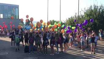 Unter dem Motto «Regenbogen» stand das Einführungsritual statt. Dabei liessen die Schüler farbige Luftballons in den Himmel steigen.