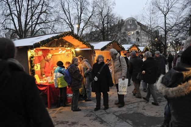 Mit dem Einbruch der Dunkelheit wird das Ambiente auf dem Kreuzackerplatz noch stimmungsvoller. (Fotos: Hansjörg Sahli)