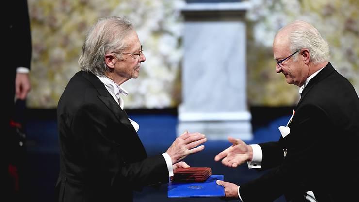 Der österreichische Autor Peter Handke (links) erhält den Literaturnobelpreis vom schwedischen König Carl Gustav. (Archivbild)