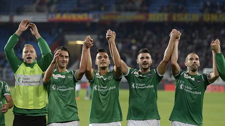 Die St. Galler bedanken sich nach dem Sieg bei ihren Fans