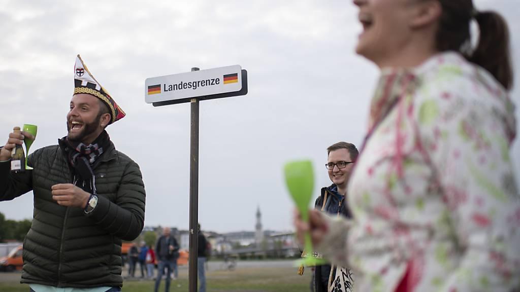 Menschen feiern den Abbau des Grenzzauns zwischen Kreuzlingen und Konstanz. Doch erst am 15. Juni sollen die Grenzen vollständig geöffnet werden.