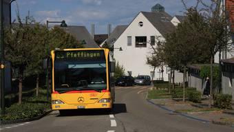 Wenn auf der Pfeffingerstrasse in Aesch der Bus mit einem anderen breiten Fahrzeug kreuzen muss, kann es eng werden.