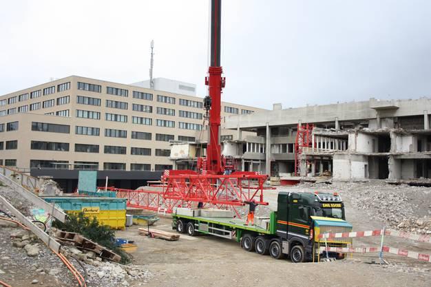 Die letzten Teile des Turmkrans verlassen mit einem Tieflader die Baustelle.